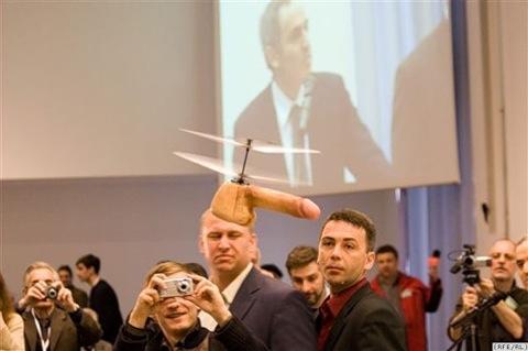 Летающий хуй на конференции Каспарова :)))