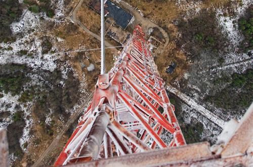 Недействующая телевышка высотой 350 метров.